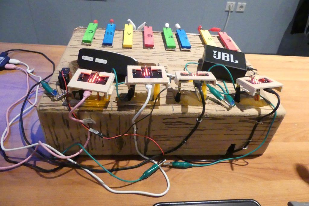 Klavir z microbiti