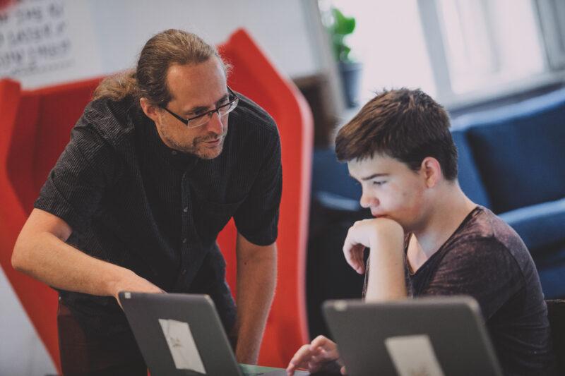 Jaka Železnikar pomaga učencu pri pisanju kode HTML.