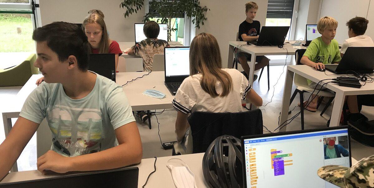 Fantje in dekleta v Kreativnici knjižnice v Polju